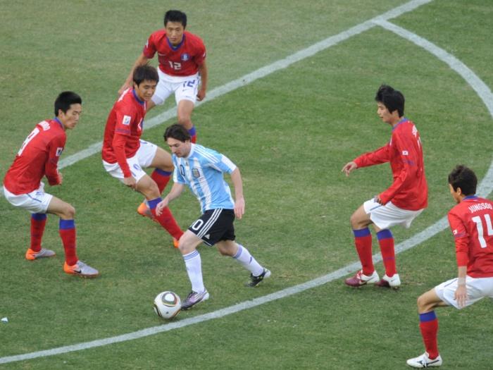 O craque Messi está sempre cercado pelos adversários