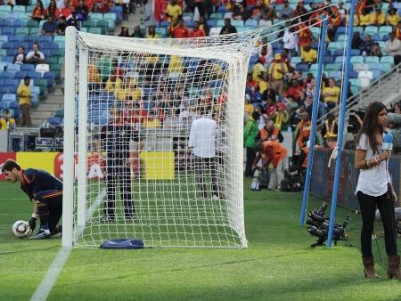 4055e88f3a Casillas se aquece antes do jogo contra a Suiza e a namorada
