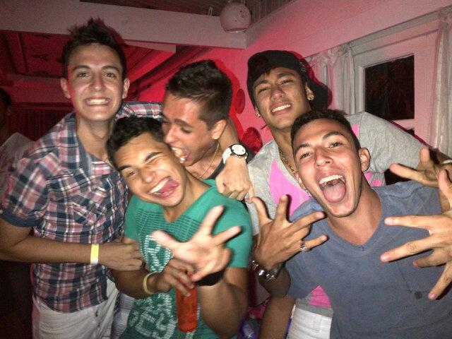 <p>Neymar, amigos e primos comemorando (e muito!) a chegada do Natal na casa do craque, em Santos</p>