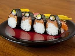 Inove e sirva sushi de salmão na ceia