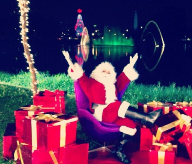 <p>Uma apresentadora entrou no clima do Natal e se transformou em Papai Noel</p>