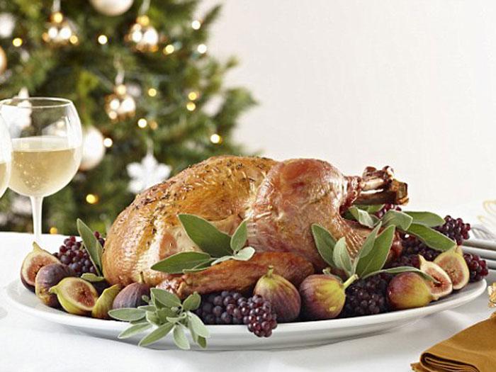 <p>Peru, batatas, rabanada, farofa, salpicão e um punhado de frutas cristalizadas e secas  são itens prioritários nas compras da maioria das pessoas neste Natal.</p><p></p><p><br />Mas existe um chef de cozinha americano que não gosta nada, nada de ingredientes comuns.</p><p></p><p>Você gastaria R$ 420 mil apenas em uma ceia de Natal luxuosa? Ela serve quatro pessoas e é oferecida pelo site de artigos de luxo americano Very First To.</p>
