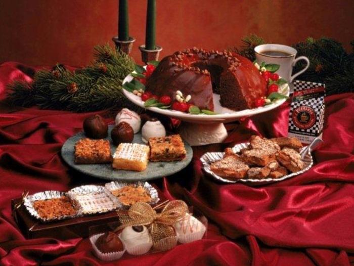 <p>Parte importante do pacote de delícias natalinas, os doces devem ser  consumidos com cautela. A ingestão de açúcar em excesso sobrecarrega o  pâncreas, e essa energia vira gordura, podendo causar doenças  cardiovasculares e diabetes. Aconselha-se substituir pudins e bolos por  sorvetes e doces de frutas</p>