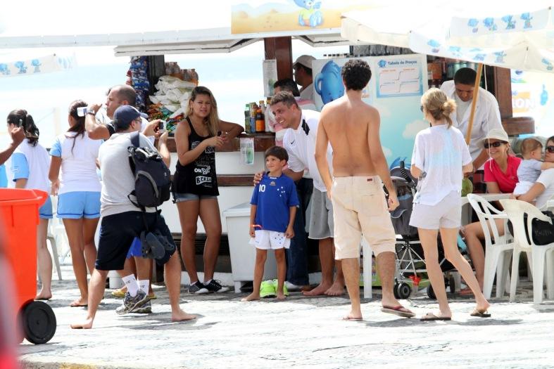 <p>Depois de uma corrida na orla do Leblon, o ex-jogador Ronaldo Nazário passou na praia, onde atendeu os seus fãs e deu um mergulho</p>