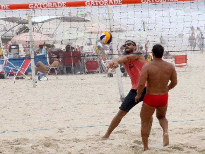 <p>Rodrigo Hilbert saiu de casa neste domingo (27) para jogar vôlei nas areias do Leblon, na zona sul do Rio de Janeiro. Veja mais fotos a seguir!</p>