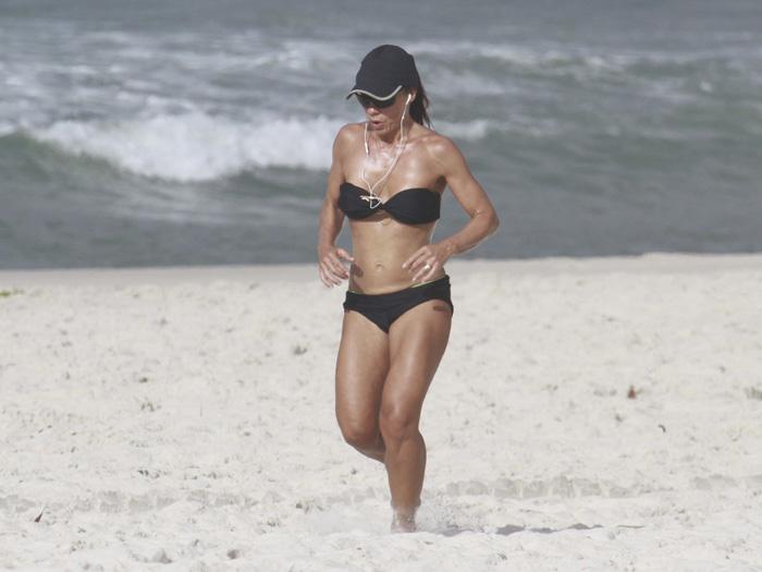 <p>A atriz Carla Marins surpreendeu ao mostrar a barriga chapada e o corpão enxuto durante um passeio pelas areias da Barra da Tijuca, no Rio de Janeiro, nesta sexta-feira (01). Veja na <u>galeria acima</u>!</p>
