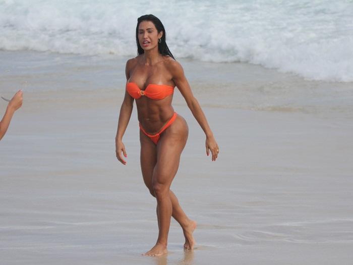 <p>Foi entre amigas que Gracyanne Barbosa aproveitou o sábado (23).Mas dona de um corpão sarado sem igual,foi só a mulher de Belo que chamou a atenção na Praia da Barra</p>