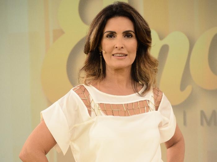 <p>Em sétimo lugar está Fátima Bernardes. Ela fez tratamento para reduzir o volume e foram aplicadas mechas em tons dourados em seu cabelo</p>