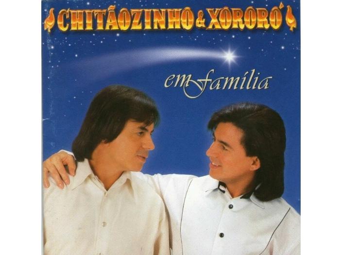 """<p><strong>Chitãozinho & Xororó</strong></p><p><strong><br /></strong><a href=""""http://www.vagalume.com.br/chitaozinho-e-xororo/discografia/chitaozinho-xororo-em-familia.html"""">Natal em Família</a><br />Ano: 1997<br />Destaques: Noite Feliz (Silent Night), O Homem de Nazareth e Presente de Natal <br />Ideal para: Os fãs de sertanejo lembrarem que o Natal vai além dos filhos de Francisco</p>"""
