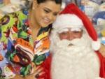 Ao lado de Papai Noel, Preta Gil doa presentes <br>no Complexo do Alemão