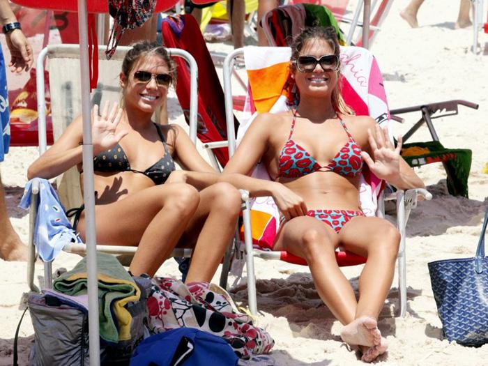 """<p>Bia e Branca Feres foram juntas à praia da Barra da Tijuca no Rio de Janeiro retocar o bronzeado na véspera de Natal. A dupla aproveitou para se refrescar e, de quebra, deram um show de simpatia e beleza pelas areias</p><p></p><p><strong><a href=""""http://entretenimento.r7.com/famosos-e-tv/noticias/gemeas-do-nado-sincronizado-dao-banho-de-beleza-em-praia-do-rio-20121222.html"""">Gêmeas do nado sincronizado dão banho de beleza em praia do Rio</a></strong></p><p><strong><a href=""""http://entretenimento.r7.com/famosos-e-tv/fotos/gemeas-do-nado-e-irmaos-hypolito-fazem-farra-na-praia-20121220.html"""">Gêmeas do nado e irmãos Hypólito fazem farra na praia</a></strong></p>"""