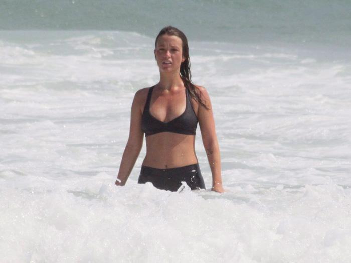 <p>Juliana Didone foi se aliviar do calor carioca da melhor maneira possível: com um banho de mar</p>