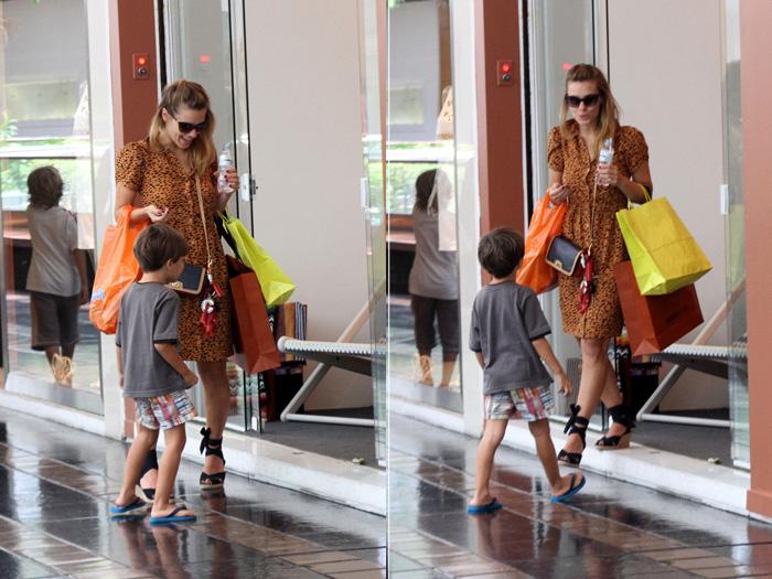 <p>Carolina Dieckmann levou o pequeno José junto com ela para o shopping nesta segunda-feira (24). A criança estava bem paciente enquanto a mãe atriz fazia compras</p>