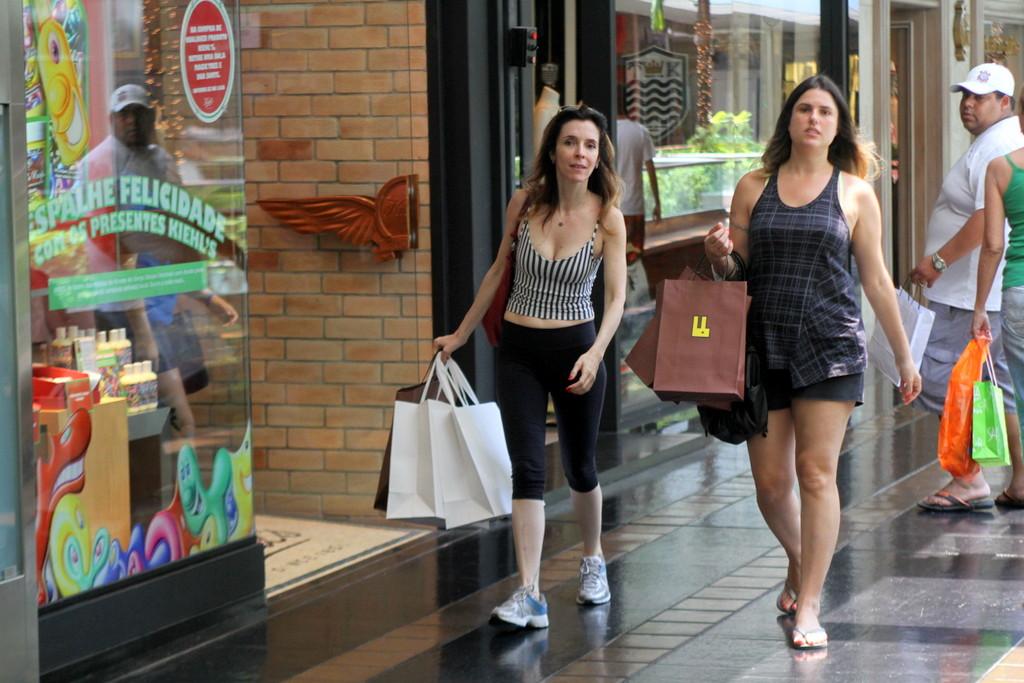 <p>Deborah Evelyn também deixou a compra dos presentes para a última hora. Em plena segunda-feira (24), lá estava a atriz carregando sacola</p>