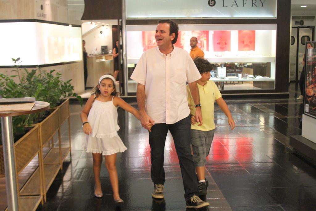 <p>Nem o prefeito carioca, Eduardo Paes, conseguiu antecipar as compras. O governante também foi flagrado sorridente no shopping em plena véspera de Natal</p>