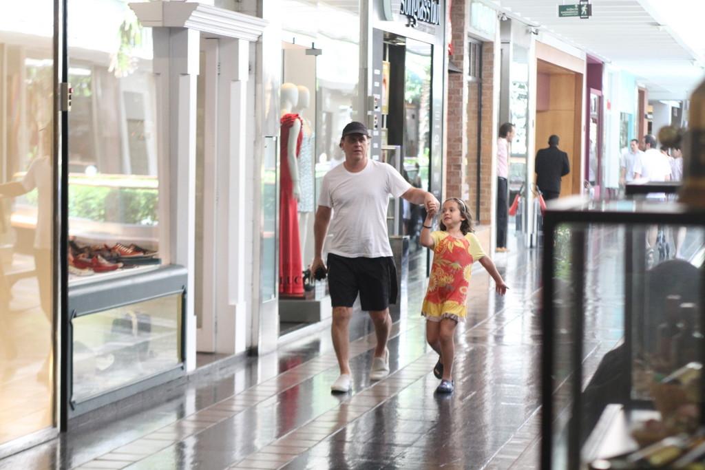 <p>Guilherme Fontes contou com a companhia do filho para o passeio pelo shopping nesta segunda-feira (24)</p>