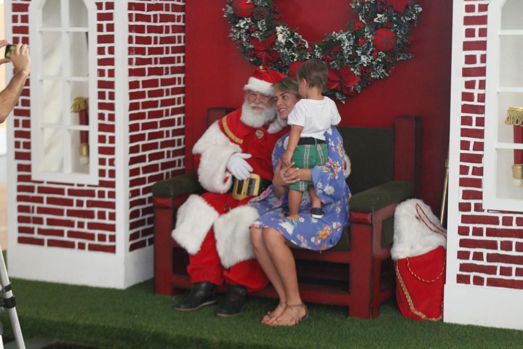 <p>A atriz Juliana Silveira também levou o filho para as compras no shopping. E, já que estava lá, aproveitou para fotografar ao lado do Papai Noel</p>