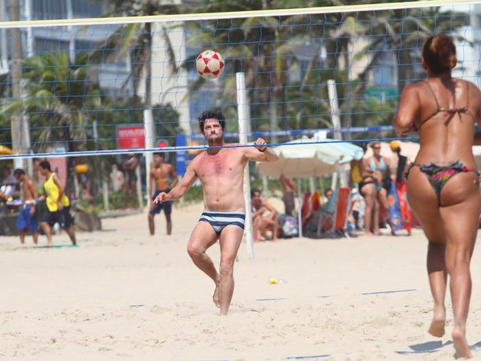 <p>Em dia de sol, nada melhor no Rio de Janeiro do que aproveitar a praia. O ator Marcelo Serrado foi um que não perdeu tempo e foi se divertir nas areias na véspera de Natal</p>