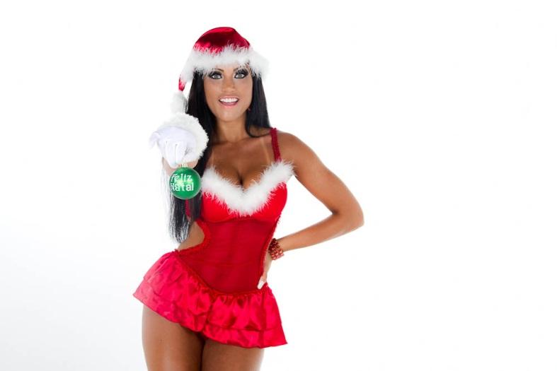 <p><strong>Feliz Natal, internauta!</strong> Que tal apreciar o feriadão deste dia 25 com um ensaio natalino pra lá de quente? Kamilla Covas, bailarina do <em>Domingão da Faustão</em> (Globo), posou só de lingerie para comemorar a data</p>