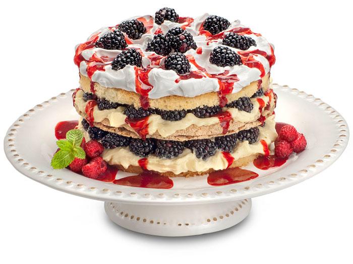 <p>Para homenagear o verão, nada melhor do que utilizar em uma receita frutas tropicais.</p><p></p><p>O Tropical de Frutas Silvestres é um bolo branco com massa biscuit recheados com mousse de maracujá e amoras, com cobertura de marshmallow, calda de frutas silvestres e amoras</p>