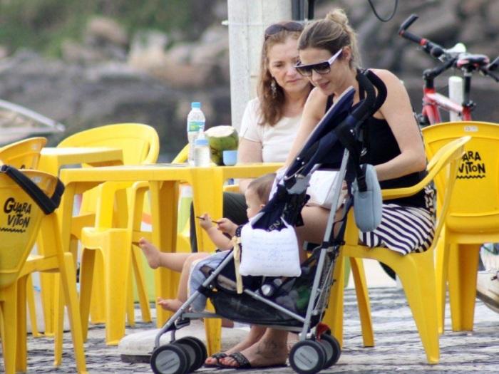 """<p>Depois da festinha para comemorar os <strong><a href=""""http://entretenimento.r7.com/famosos-e-tv/noticias/dom-faz-10-meses-e-ganha-bolo-da-mamae-luana-piovani-20130126.html"""">10 meses de Dom</a></strong>, Luana Piovani levou o filho para aproveitar a tarde deste sábado (26) no calçadão carioca. Veja mais fotos a seguir!</p>"""