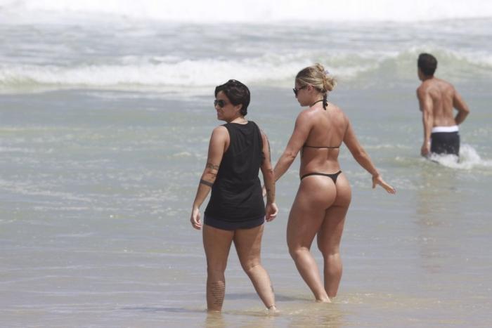 <p>Thammy Gretchen aproveitou a manhã de sol neste sábado (16) para ir à praia com amigos</p>
