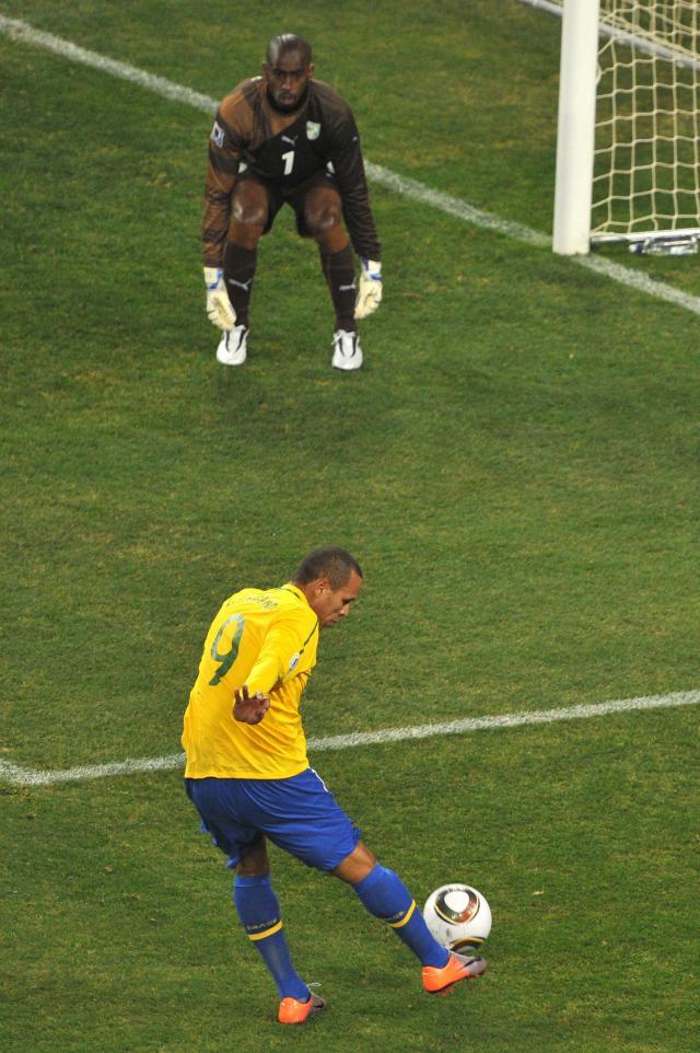 Luis Fabiano marca o primeiro gol do Brasil, aos 25 minutos do primeiro tempo