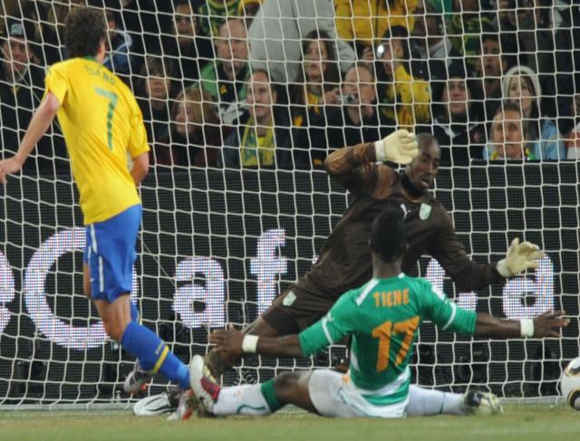 Elano faz o terceiro gol da seleção brasileira contra a Costa do Marfim