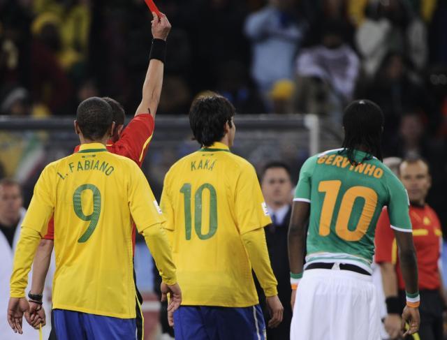 Kaká é expulso pelo juiz francês, quase no final da partida, após um pequeno tumulto em campo