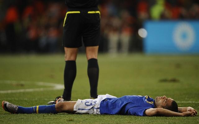 Daniel Alves desaba ao ouvir o apito final do árbitro, na derrota por 2 a 1 para a Holanda, nesta sexta-feira (2), em Port Elizabeth