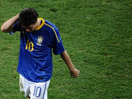 Sem brilhar na Copa, Kaká sai de campo cabisbaixo após a eliminação brasileira