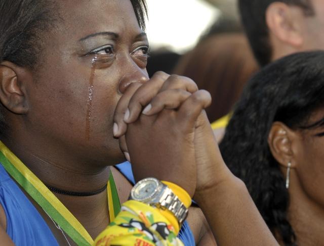 Em Belo Horizonte, torcedora chora após a desclassificação brasileira na Copa do Mundo
