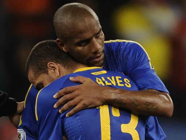 Maicon consola Daniel Alves depois da derrota brasileira. Os dois correram a partida toda, mas não conseguiram decidir para o Brasil