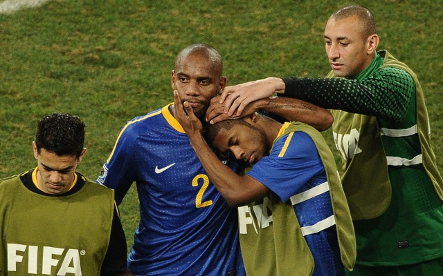 Jogadores brasileiros deixam desolados o campo. Da esquerda para a direita: Josué, Maicon, Michel Bastos e Gomes