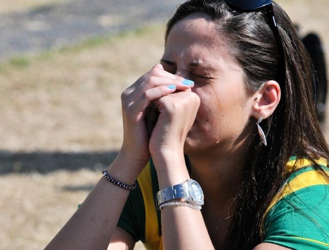 No Jockey Club, em São Paulo, torcedora brasileira chora com a eliminação brasileira na Copa