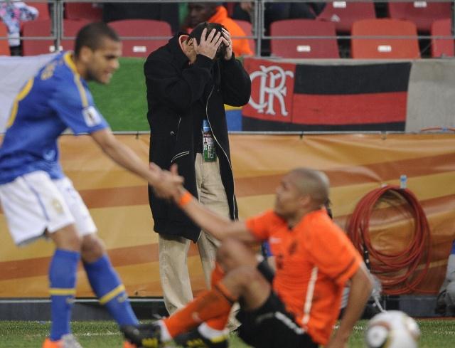 O técnico Dunga se desespera perto do fim da partida, quando o Brasil já tinha um a menos contra a Holanda