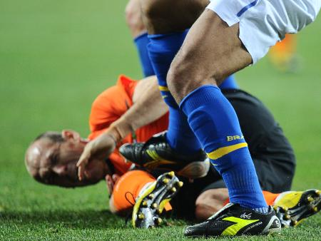 Felipe Melo acertou em cheio a coxa de Robben e deixou o Brasil com um a menos