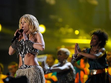 Shakira dança e canta Waka Waka durante show de abertura da Copa do Mundo