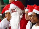 Um Papai Noel dos Correios entregou presentes às crianças do Complexo do Alemão que escreveram cartinhas