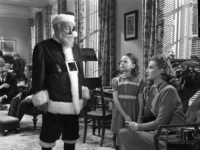 <p><strong>2º lugar -</strong> <em>De Ilusão Também Se Vive</em> (1947) foi refilmado em 1973 e 1994, como <em>Milagre na Rua 34</em>. Na versão original, uma loja de Nova York contrata um velhinho para bancar Papai Noel e ele leva a sério o cargo, tentando convencer uma garotinha</p>