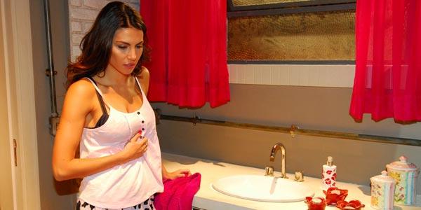 Carla vomita no banheiro e Becky não percebe