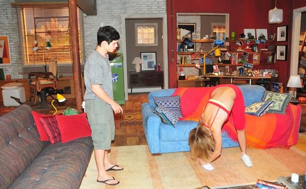 Vicente fica paralizado vendo Becky se exercitar