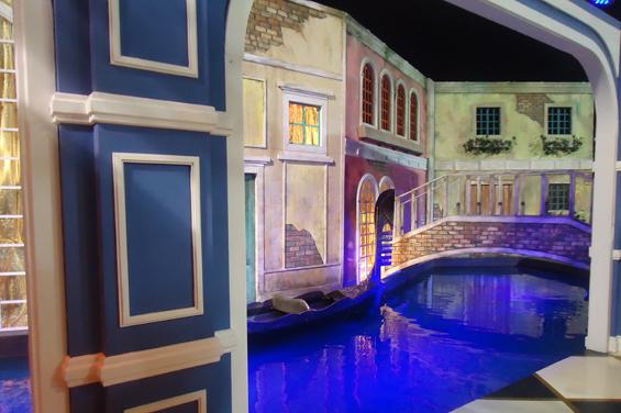 A piscina da casa foi usada como o canal que passa por Veneza