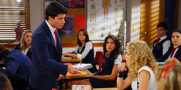Diego vê foto de Binho e Roberta juntos e exige explicações