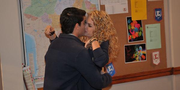Roberta e Diego se beijam escondidos