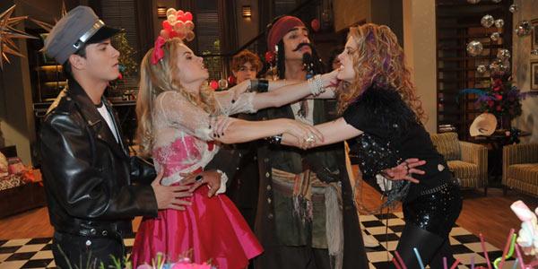 Roberta e Alice brigam na festa de Márcia
