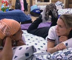 Joana e Valesca conversam sobre jogo