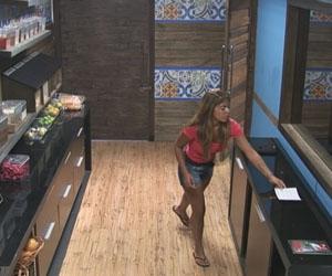 Raquel pega ficha na despensa