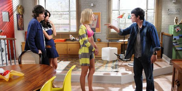Vicente flagra Tomás e Carla fora do colégio