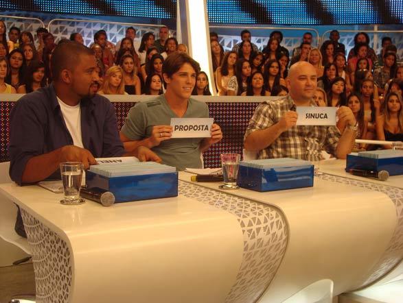No jogo das palavras, Carmona, Rômulo e Marco escolhem as palavras para os semifinalistas
